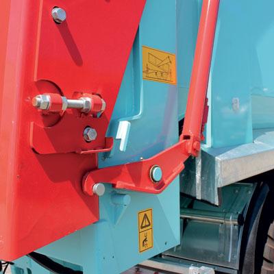 Portellone posteriore con aggancio a comando idraulico e guarnizione a tenuta stagna