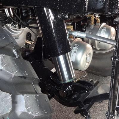 Suspensions hydrauliques autoniveleuses avec compensateurs à azote